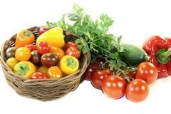 与混杂的五颜六色的菜的菜篮子 免版税库存照片