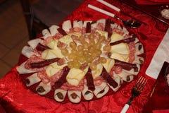 与混杂的冷盘和乳酪的意大利开胃菜 库存照片