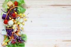 与混杂的绿色蔬菜和水果的新鲜的健康沙拉在w 库存图片