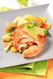 与混杂的菜的三文鱼小馅饼 免版税库存图片