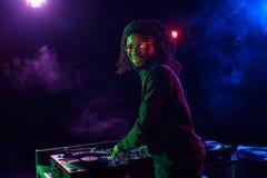 与混音器的专业非裔美国人的俱乐部DJ 图库摄影