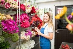 与清单的花店所有者 免版税库存图片