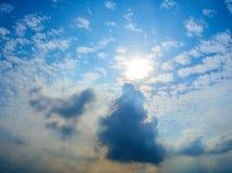 与清楚的云彩的蓝天 库存图片