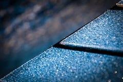 与清楚的冷的冰的一个冻长木凳板条在一个公园在期间 免版税库存照片