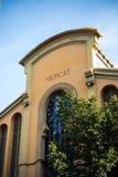 与清楚的天空和树的加泰罗尼亚的市场大厦 图库摄影