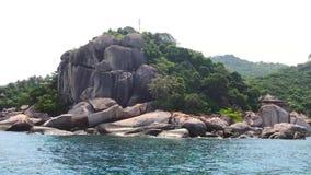 与清楚的天空和蓝色波浪海背景的大岩石山, 影视素材
