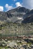 与清楚的天空的惊人的看法在穆萨拉峰峰顶和Musalenski湖, Rila山 免版税图库摄影