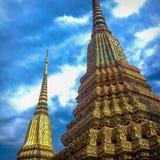 与清楚的天空的泰国老古色古香的stupa在天 免版税图库摄影