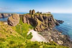 与清楚的天空的Dunnottar城堡在Stonehaven,阿伯丁, Scotlan 免版税库存图片