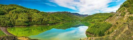与清楚的山湖的全景春天视图 免版税库存照片