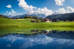 与清楚的山湖的田园诗夏天风景在阿尔卑斯 免版税图库摄影