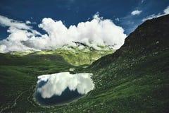 与清楚的山湖的田园诗夏天风景在阿尔卑斯 库存照片