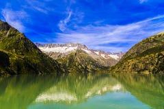 与清楚的山湖的田园诗夏天风景 免版税图库摄影