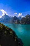 与清楚的山湖的田园诗夏天风景 库存照片