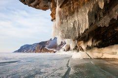与清楚的岩石的冰和反射的冬天贝加尔湖 免版税图库摄影