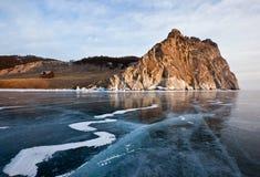 与清楚的岩石的冰和反射的冬天贝加尔湖 图库摄影