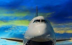 与清楚的日落剧烈的天空的波音747飞机正面特写镜头 免版税库存照片