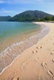 与清楚的海水的金黄海滩 库存照片