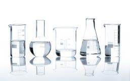 与清楚的液体的五个实验室烧瓶 免版税库存照片