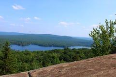 与清楚的湖的阿迪朗达克风景 免版税库存图片