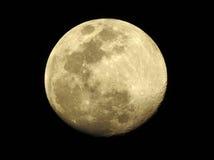 与清楚的火山口的月亮 免版税库存照片