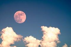 与清楚的蓝天云彩白天的超级满月为背景背景使用 免版税库存照片