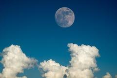 与清楚的蓝天云彩白天的超级满月为背景背景使用 库存照片