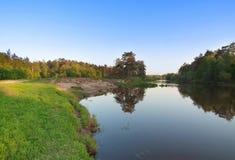 与清楚的蓝天和河的森林横向 库存图片