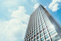 与清楚的蓝天的办公楼在背景中 免版税图库摄影