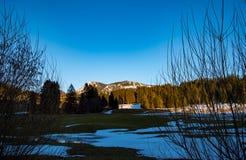 与清楚的蓝天的山风景 库存图片