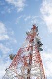与清楚的蓝天的电信塔 免版税库存照片