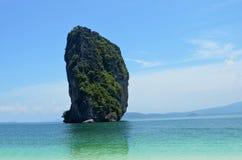 与清楚的蓝天的美丽的海滩 库存图片
