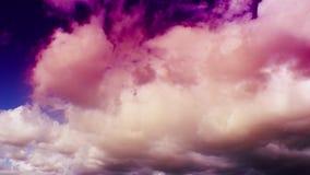 与清楚的蓝天(UltraHD 4K)的定期流逝白色松的云彩 股票视频
