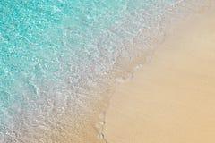 与清楚的透明大海和沙子的美丽的海滨 免版税图库摄影
