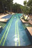 与清楚的水和位子的一个大游泳池在水中在芭达亚市附近的Nong Nooch热带植物园里在泰国 免版税库存图片