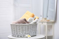 与清洁毛巾的柳条筐 免版税库存照片