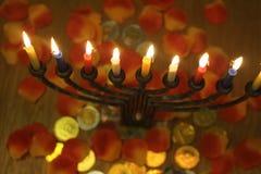 与清淡的蜡烛和巧克力的Menorah铸造光明节和犹太人的假日标志 免版税图库摄影