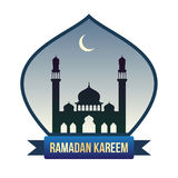 与清真寺剪影和新月的赖买丹月横幅 免版税库存图片