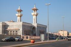 与清真寺和路,沙特阿拉伯的街道视图 免版税库存照片