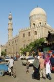 与清真寺开罗老城镇埃及的街道场面 免版税库存图片
