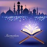 与清真寺的回教古兰经和抽象蜡烛为赖买丹月点燃 库存照片