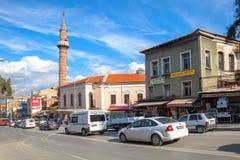 与清真寺,伊兹密尔市,土耳其的街道视图 免版税库存照片