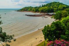 与渔夫村庄的平安的海景视图在Th的海滩的 免版税库存图片