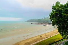 与渔夫村庄的平安的海景视图在Th的海滩的 免版税图库摄影