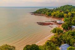 与渔夫村庄的平安的海景视图在Th的海滩的 库存图片