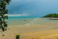 与渔夫村庄的平安的海景视图海滩的 图库摄影