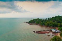 与渔夫村庄的平安的海景视图海滩的 免版税库存图片