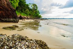 与渔夫村庄的平安的海景视图海滩的 免版税库存照片