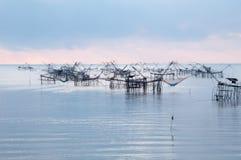 与渔网在talanoi, pattalung泰国的传染性的鱼 免版税图库摄影