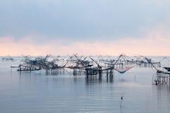 与渔网在talanoi, pattalung泰国的传染性的鱼 免版税库存图片